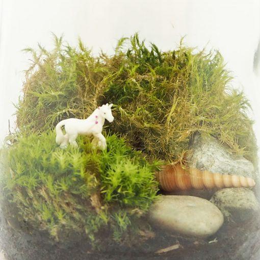 eenhoorntje in een mos landschap